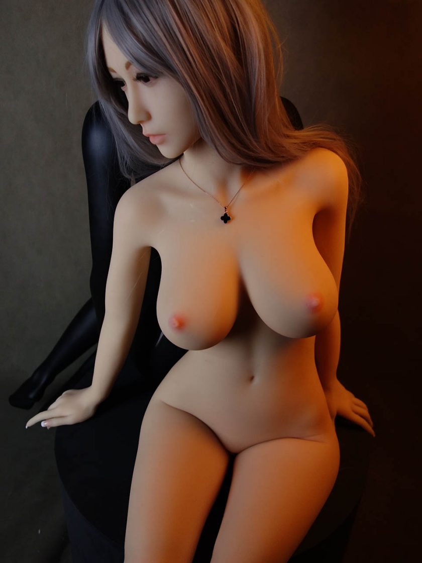Yan Doll Forever Assise Violet Nue Seins Assis Face